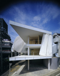 Shigeru-Ban-Curtain-Wall-House-01-